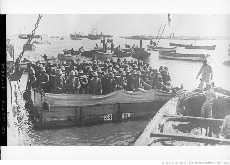 Barge d'où débarquent des soldats anglais